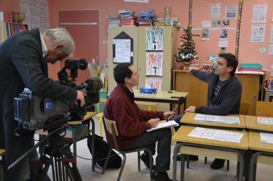 Bruno, Directeur de l'école, se fait interviewé par France 3
