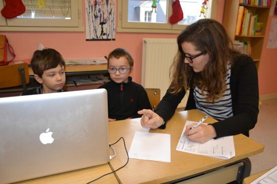 Elodie donne des explications, sous l'œil attentif des enfants...